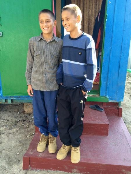Цим двом братам особливо сподобалось, що вони отримали однакове взуття