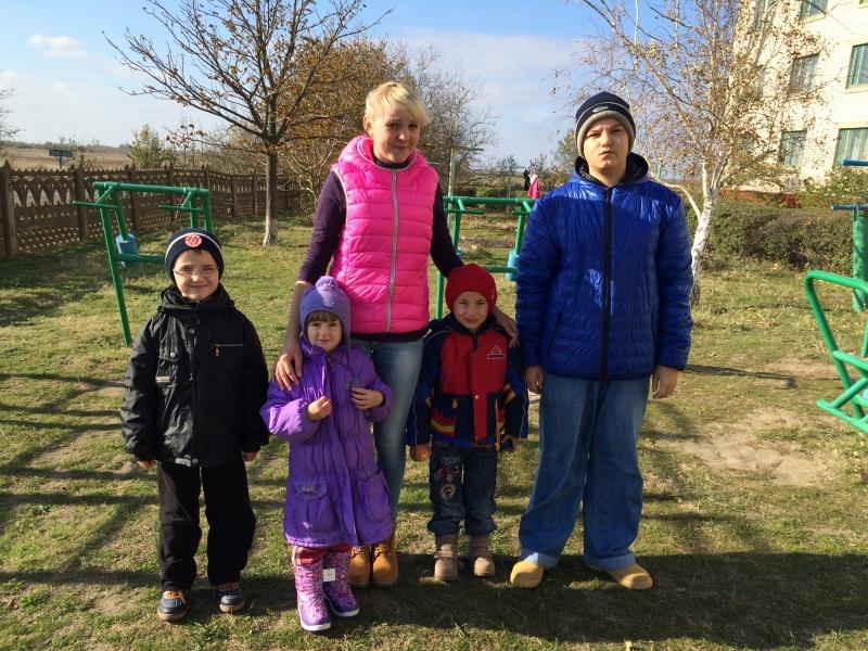 Діти з центру для переселенців у с. Червоний Маяк, Херсонщина
